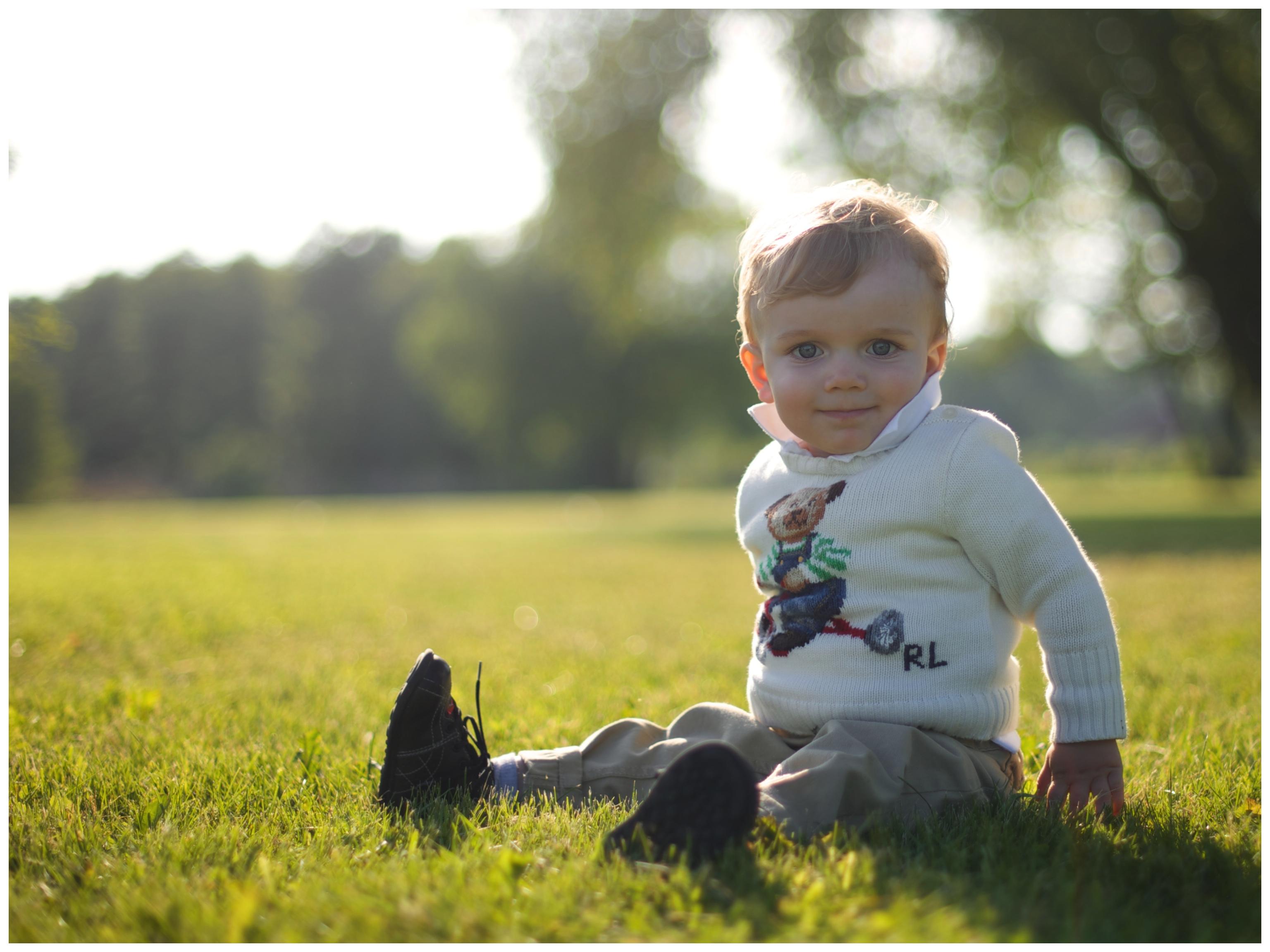 Familjefotografering i Täby utomhus . Naturliga barnporträtt med Erika Aminoff