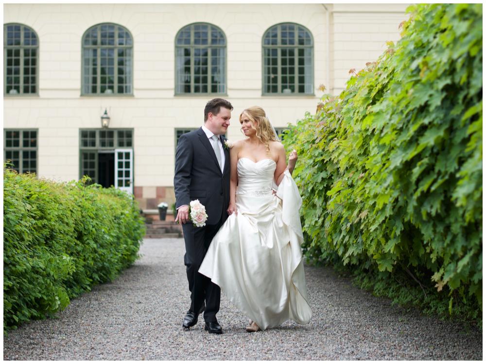 Bröllopsporträtt vid Näsby Slott innan vigsel i Stadshuset fotat av bröllopsfotograf Erika Aminoff