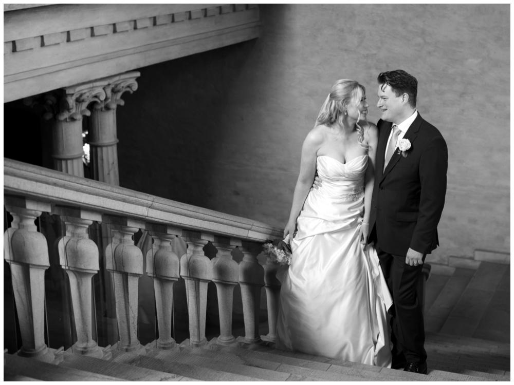 Pirrigt brudpar innan vigseln i Stadshuset fotat av Erika Aminoff Photography