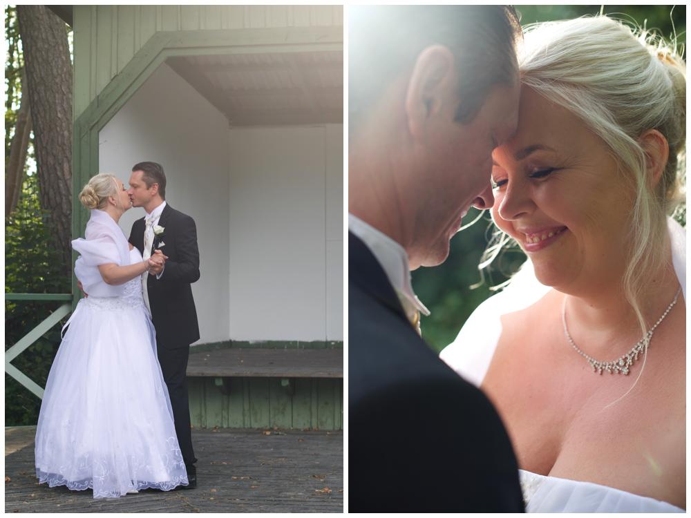 Brudparet på dansbanan i fint kvällsljus vid Herrängens gård