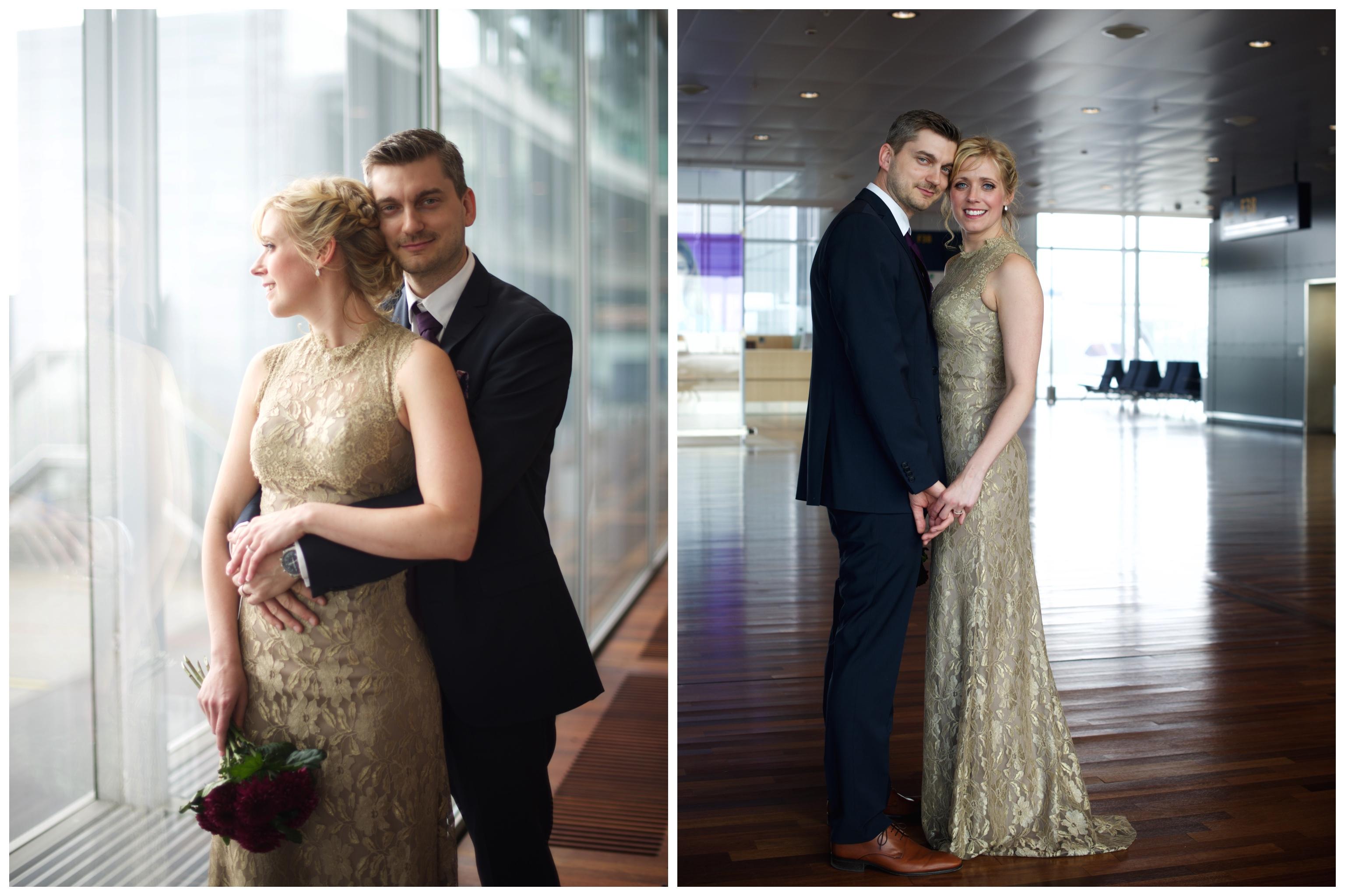 Bröllopsfotografering vid gaten på Arlanda flygplats. Bröllop på Arlanda flygplatsbröllop