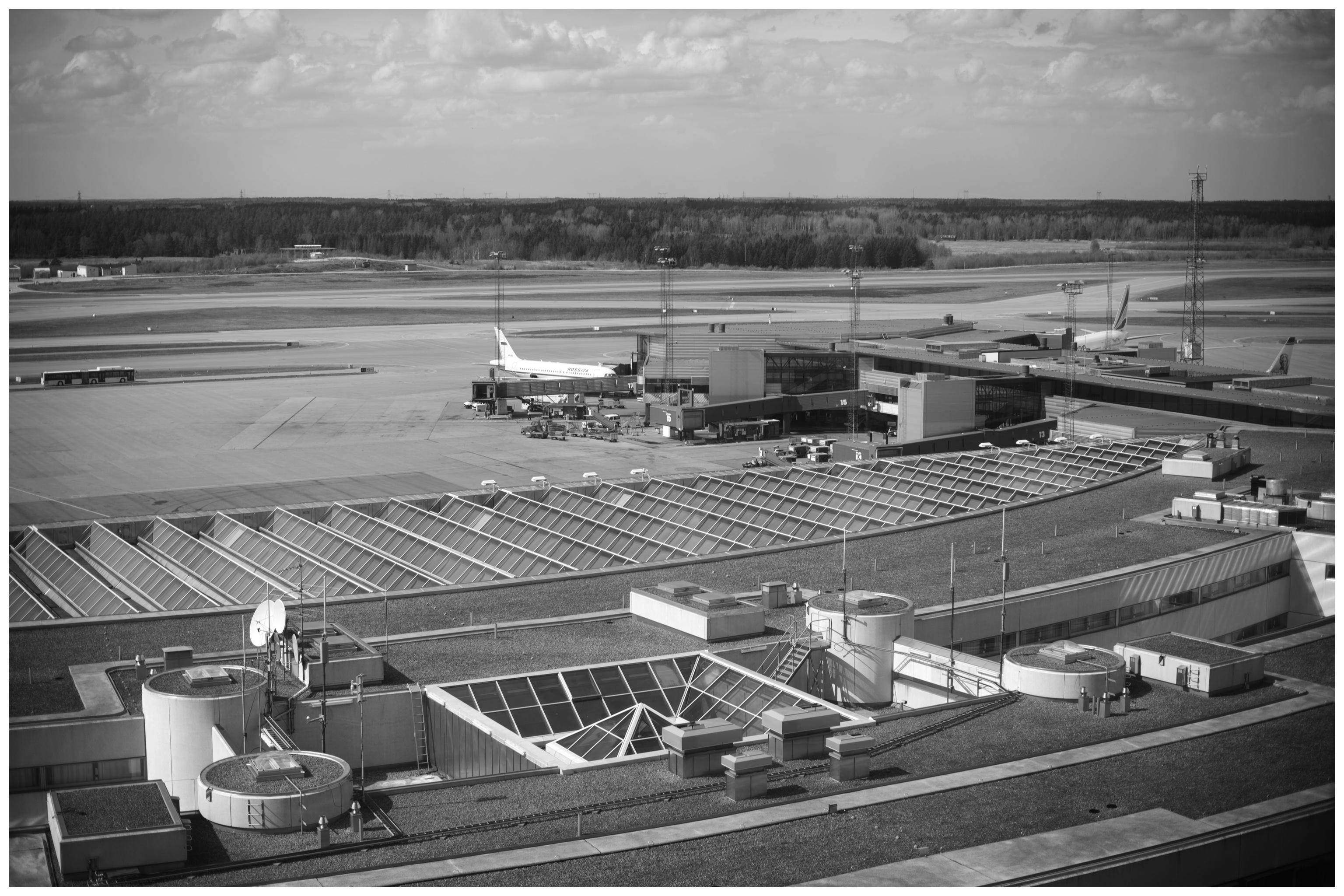 Arlanda flygplats med flygfält som utsikt under vigsel Fotograf Erika Aminoff