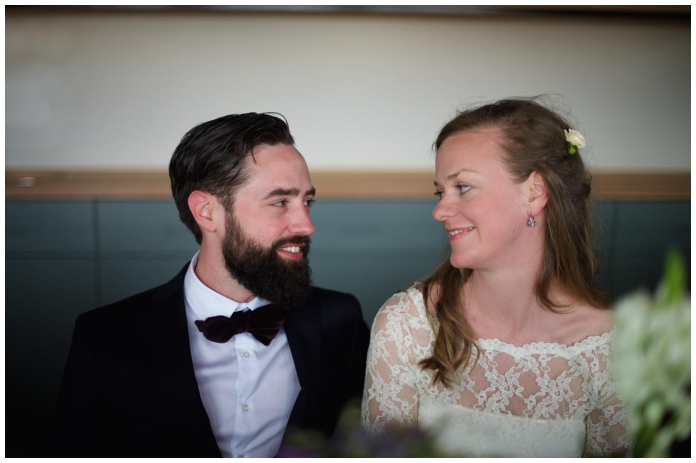 Brudparet vid bröllopsmiddagen på Oaxen krog och slip