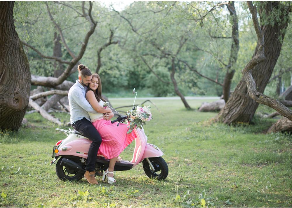 Parfotografering med en rosa vespa och bröllopsfotograf Erika Aminoff