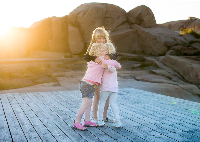 Badholmarna Bovallstrand syskonfotografering i kvällsljuset med fotograf Erika Aminoff