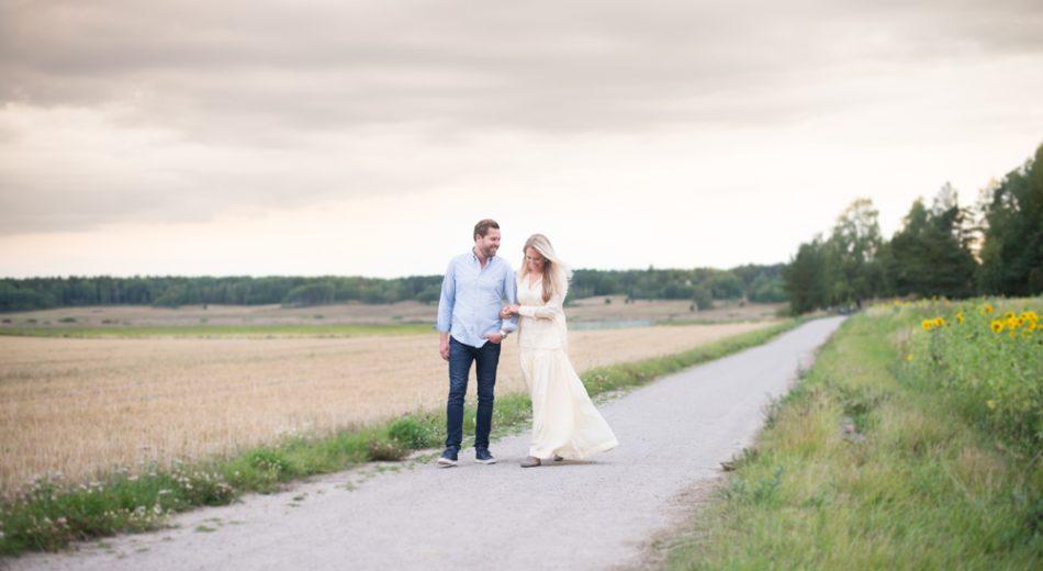 Kärleksfotografering Stockholm Förlovningsfoto Parfotografering Stockholm Bröllopsfotograf Erika Aminoff Solrosor