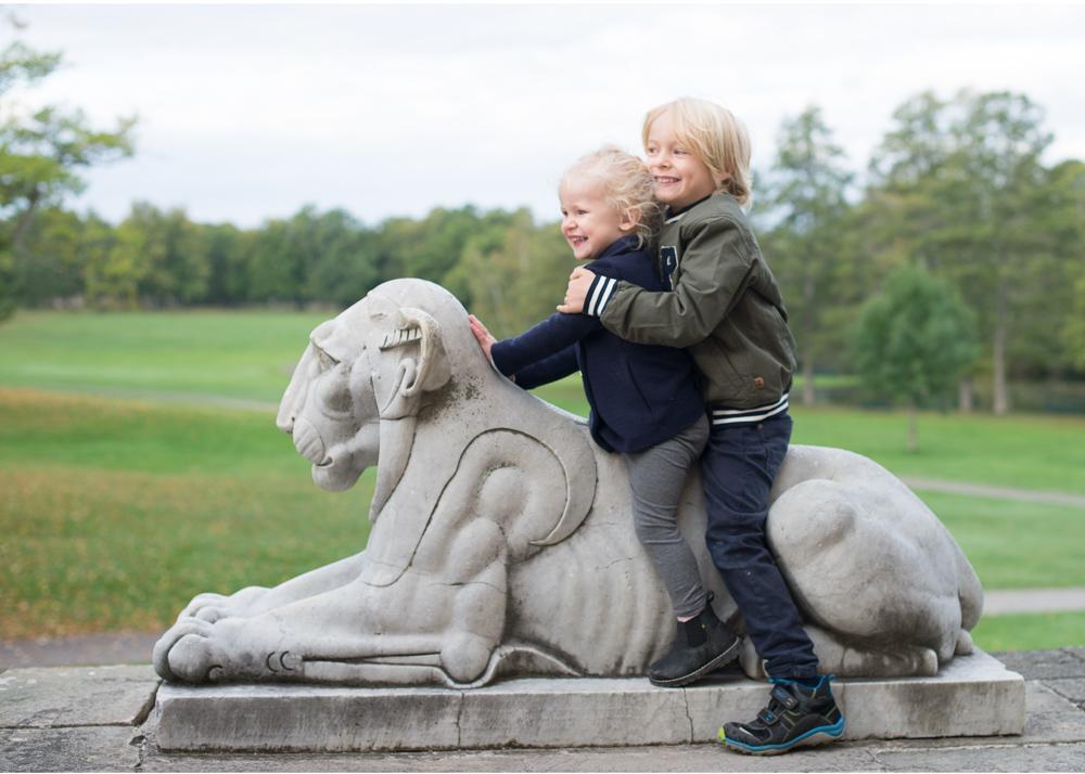 Busig familjefotografering på Drottningholm - Erika Aminoff - fotograf Danderyd Lidingö Täby Bromma Stockholm