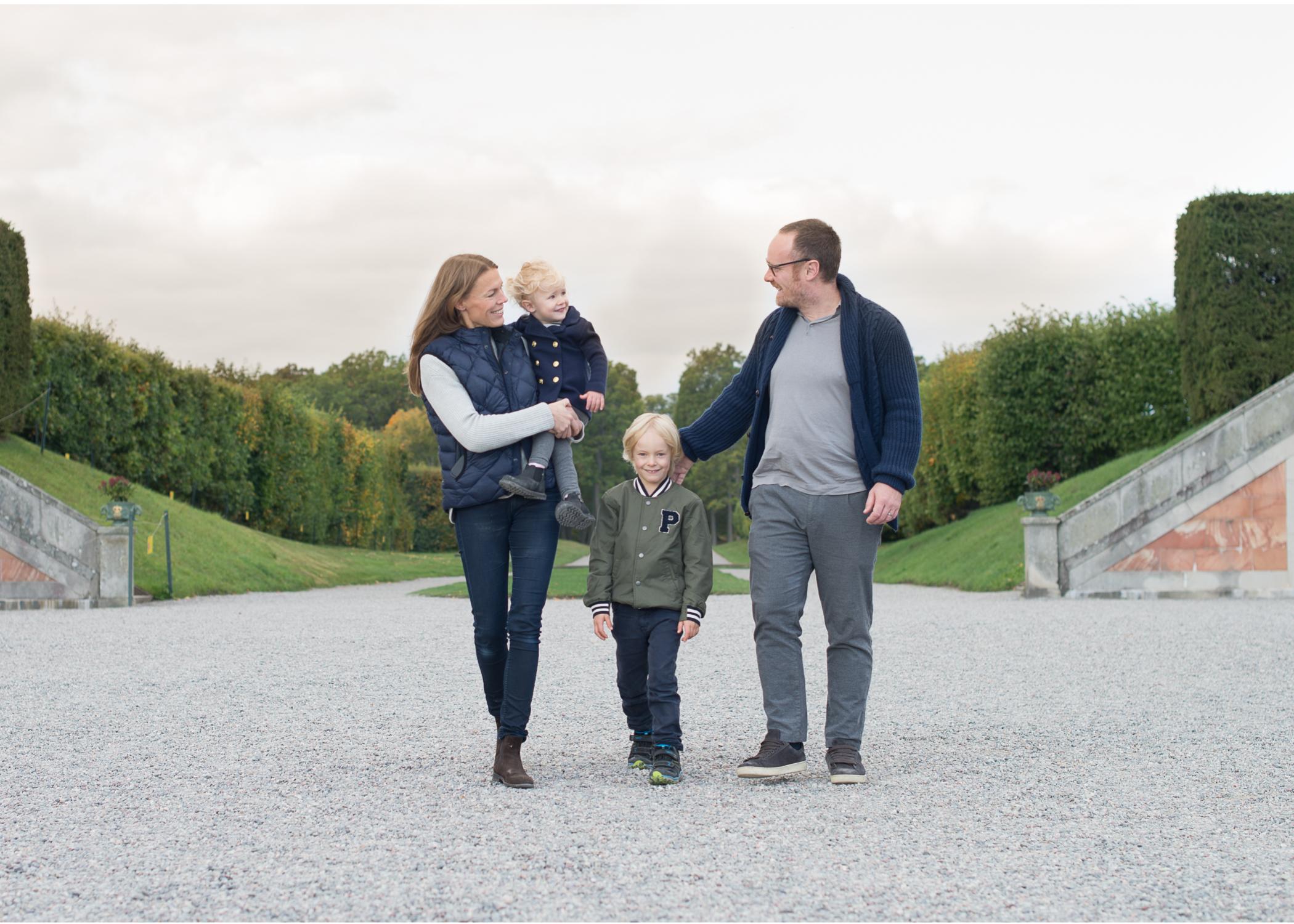 Fotografering på Drottningholm - Avslappnad och busig familjefotografering med fotograf Erika Aminoff