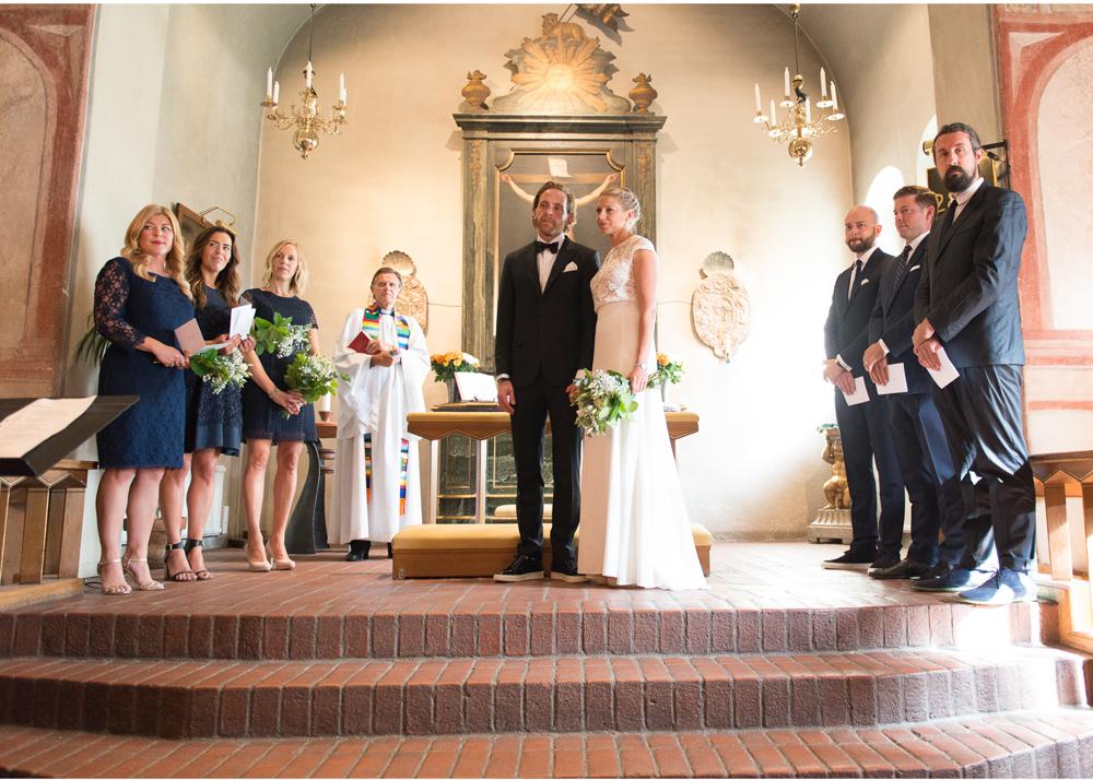 Bröllop i Lidingö kyrka - brudtärnor, marsalkar, präst och brudpar i Lidingö kyrka