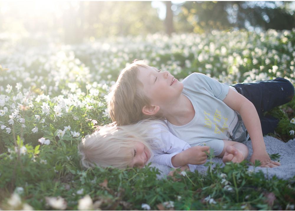 Barnfotografering vitsippor Täby familjefotograf Erika Aminoff