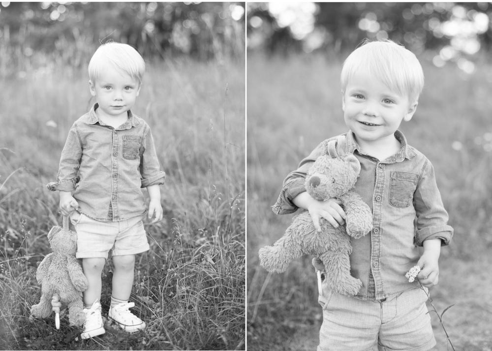 Barnfotografering i Danderyd - favoritnallen ska självklart vara med på fotograferingen. Fotograf Erika Aminoff