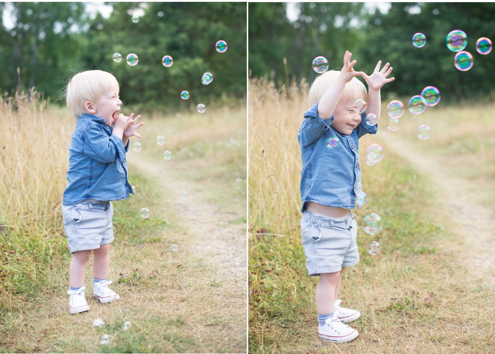 Barnfotograf i Danderyd, Barnfotografering i Enebyberg med såpbubblor. Fotograf Erika Aminoff