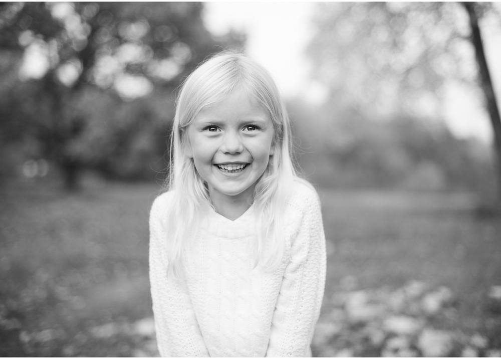 Barnfotografering i Stockholm Barnfotograf Erika Aminoff utomhusfotografering höst