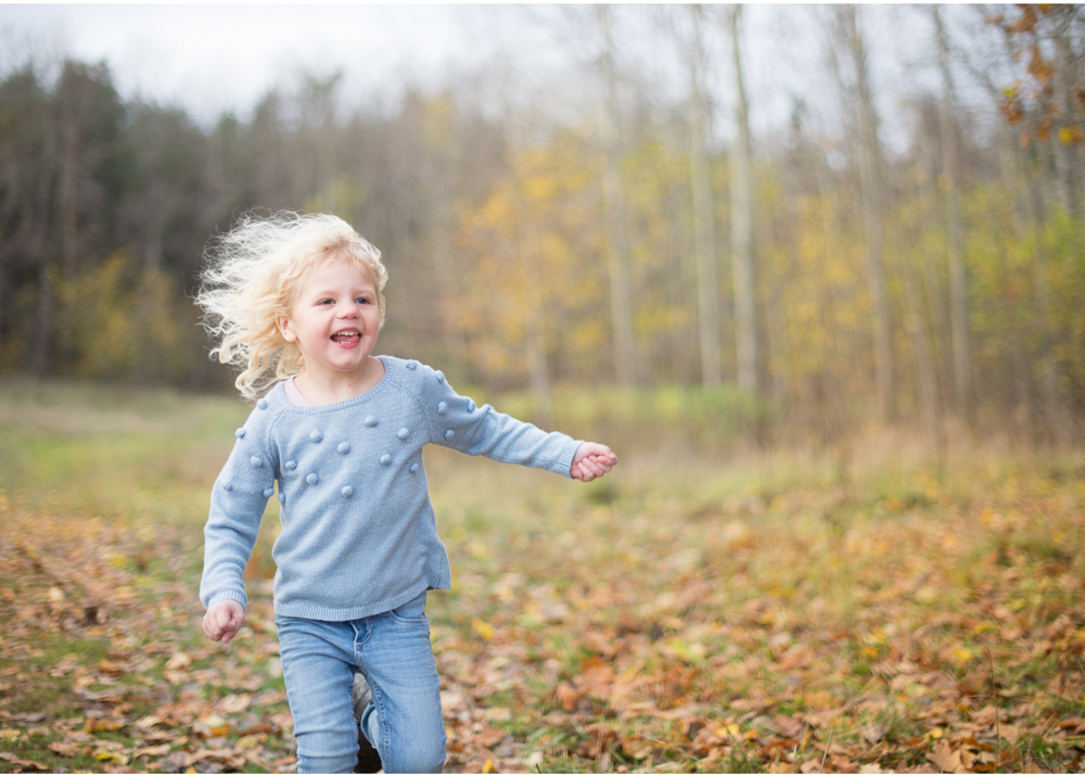 Familjefotografering bland höstlöv höstfärger barnfotografering utomhus