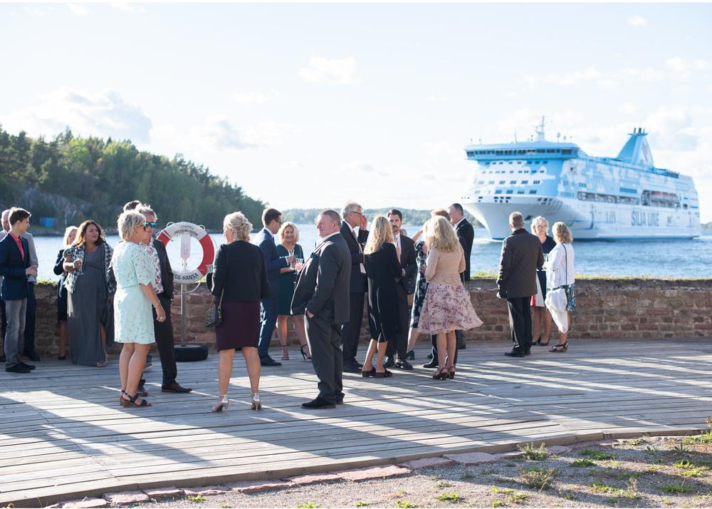 Bröllop på Fredriksborg vid vattnet fotograf Erika Aminoff
