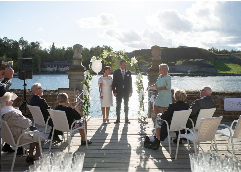 Bröllop på Fredriksborg Vigsel på bryggan fotograf Erika Aminoff