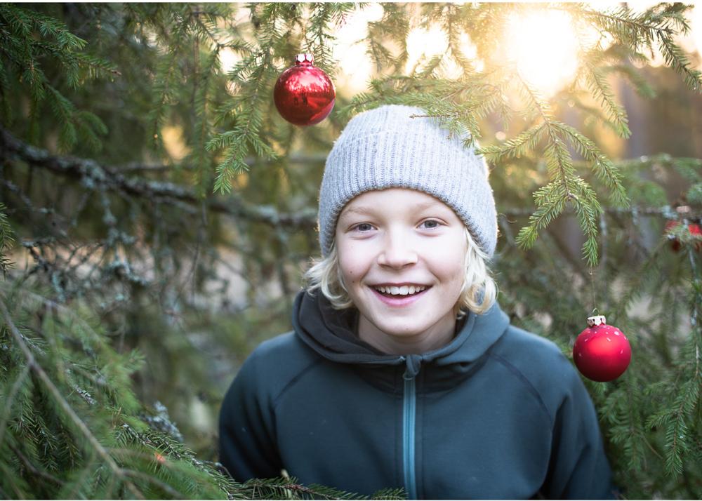 Familjefotografering i skogen med motljus Julkortsfotografering utomhus Fotograf Erika Aminoff
