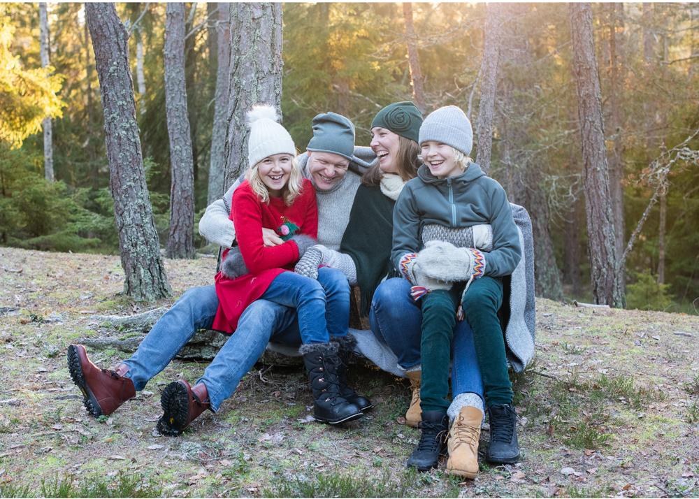 Julkortsfotografering utomhus Familjefoto i skogen Lidingö Danderyd Stockholm fotograf Erika Aminoff Täby L