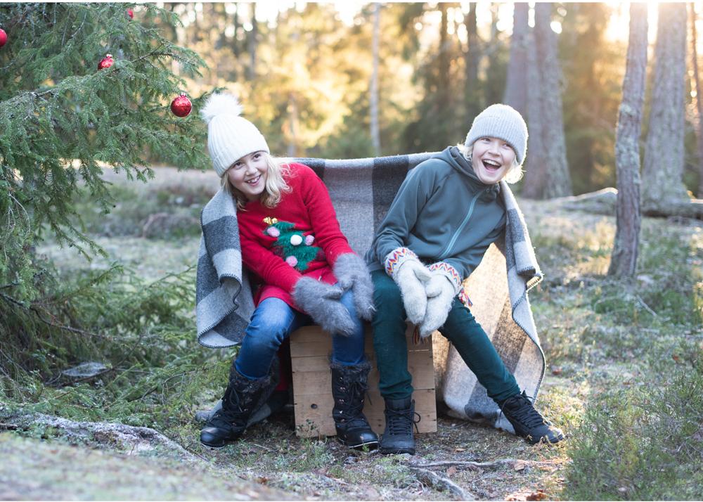 Familjefotografering i skogen syskonporträtt utomhus Fotograf Erika Aminoff