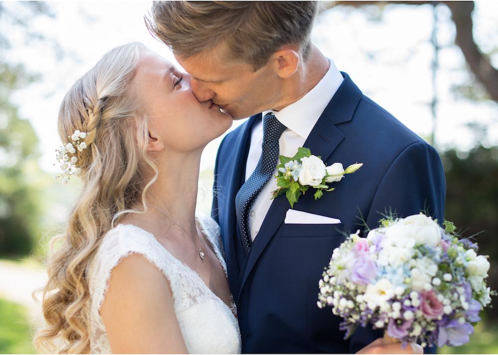 Lidingöbröllop Högberga gård brudpar bukett Bröllopsfotograf Erika Aminoff