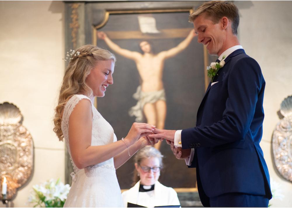 Vigsel Lidingö kyrka brudpar bröllopsfotograf Erika Aminoff