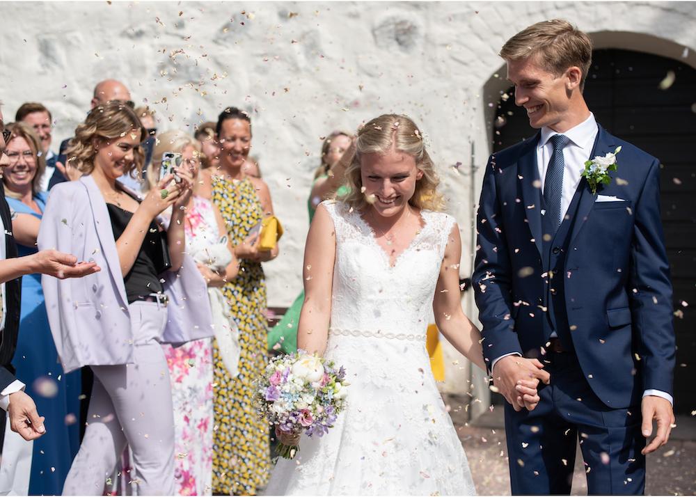 Blomkastning brudpar Lidingö kyrka